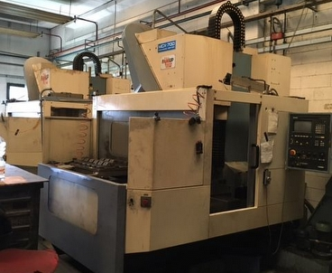 Vertical machining center With pallet changer